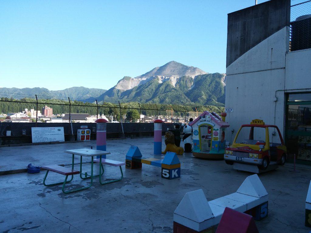 矢尾百貨店屋上遊園とうしろにそびえる武甲山。