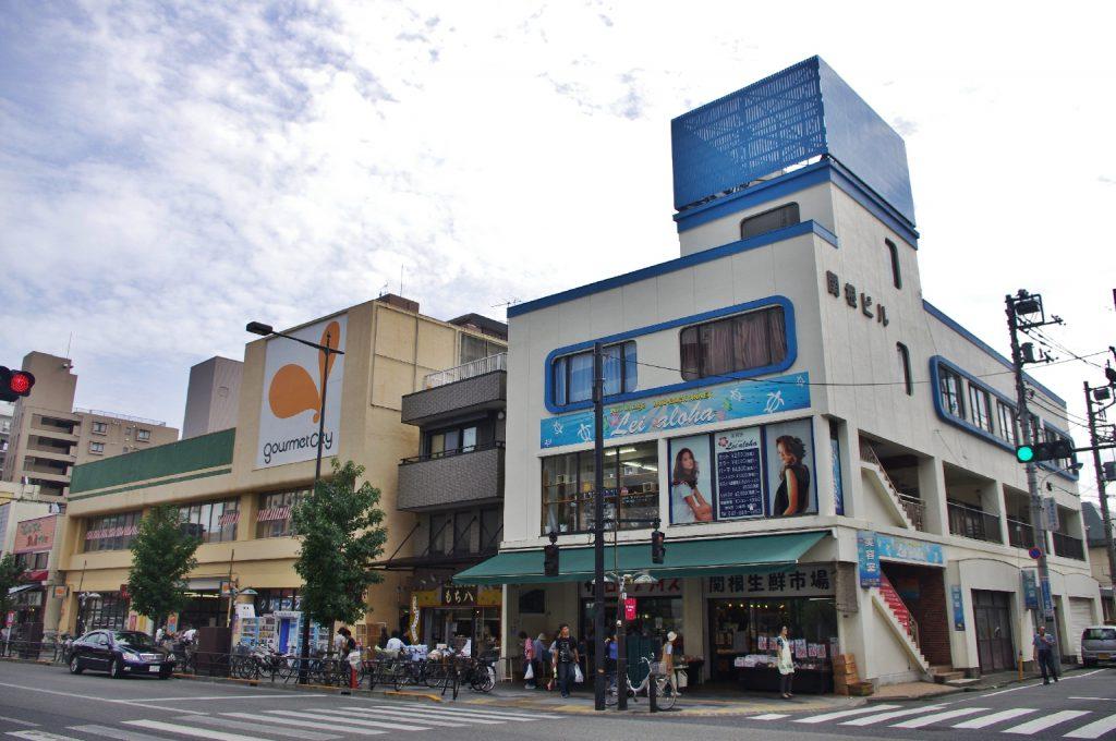 忠実屋創業の地、グルメシティ八幡町店(写真左)