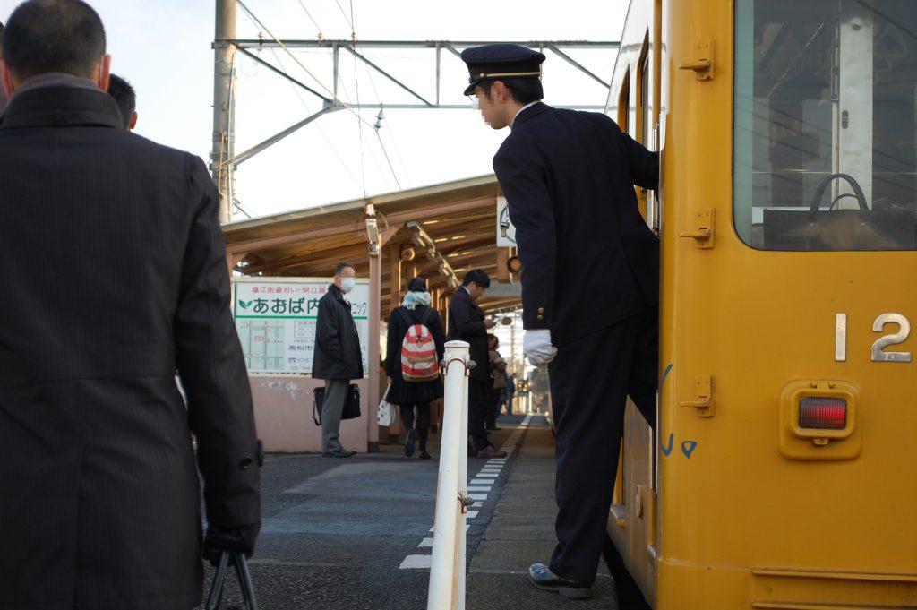 琴平線仏生山駅・電車の発車直前 (撮影:夕霧もや 2015年)