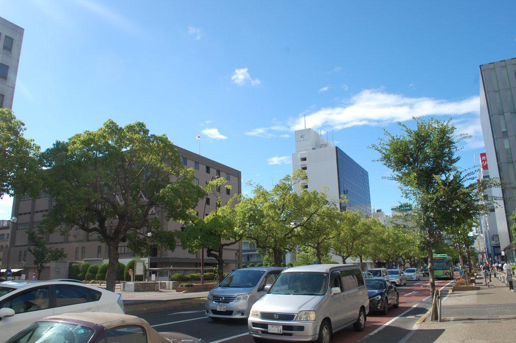 中央通りの風景。オフィスビルや官庁が立ち並ぶ。(2016年 夕霧もや撮影)