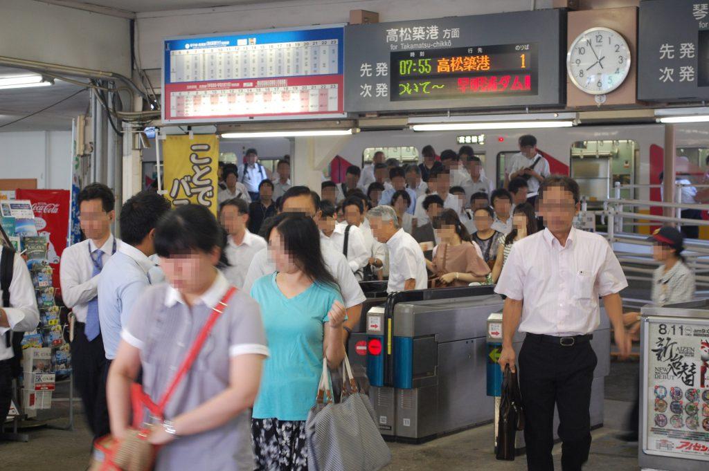 片原町駅。スーツ姿の通勤利用者の多さが目を引きます。(2016年 夕霧もや撮影)