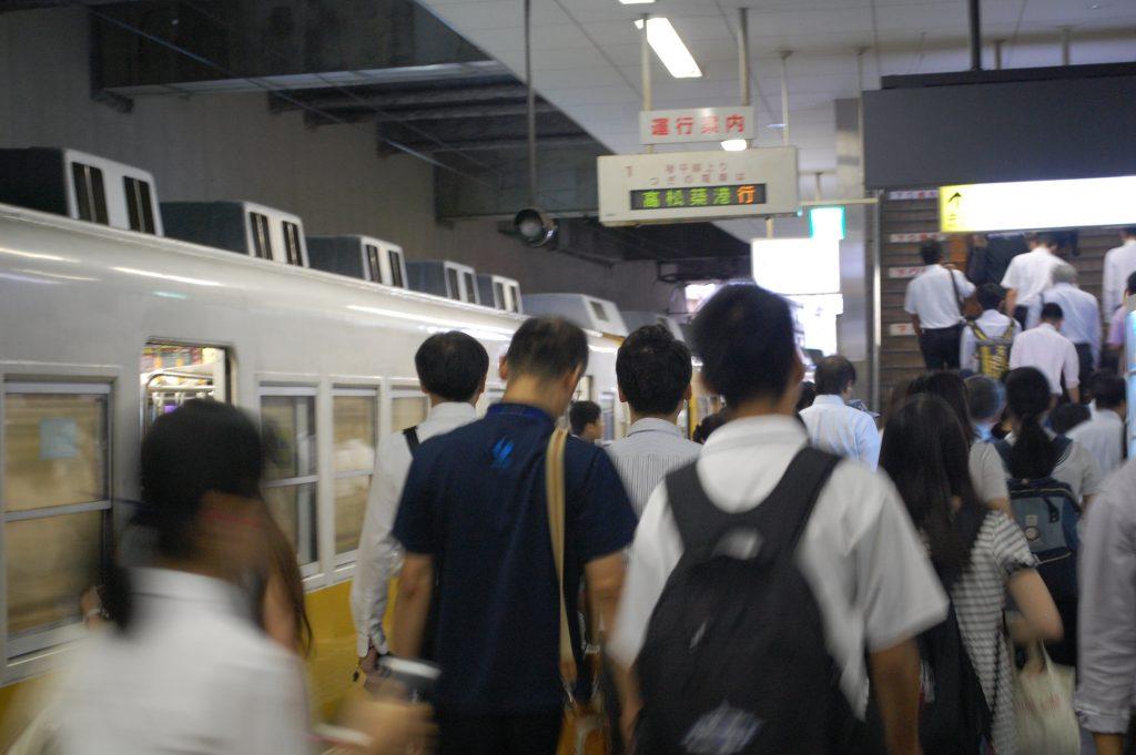 瓦町駅。通学者も通勤者も足早に改札へ。(2016年 夕霧もや撮影)