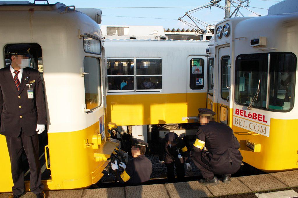 朝の仏生山駅では電車の連結・切り離しがあり、駅員さんが総出で対応します(撮影:夕霧もや 2015年)