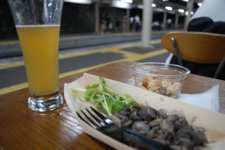 電車が来るまでちょっと一杯。ツマミは香川らしく、スパイスの効いた鶏です