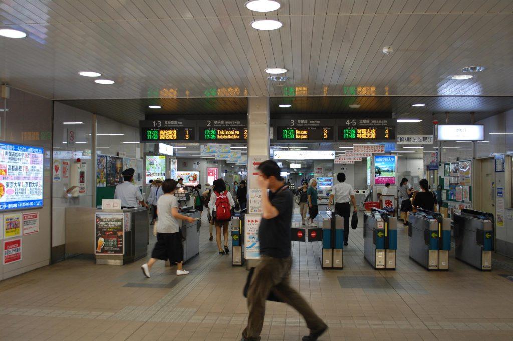 瓦町駅の改札口。ほとんどがIruca専用自動改札機です。