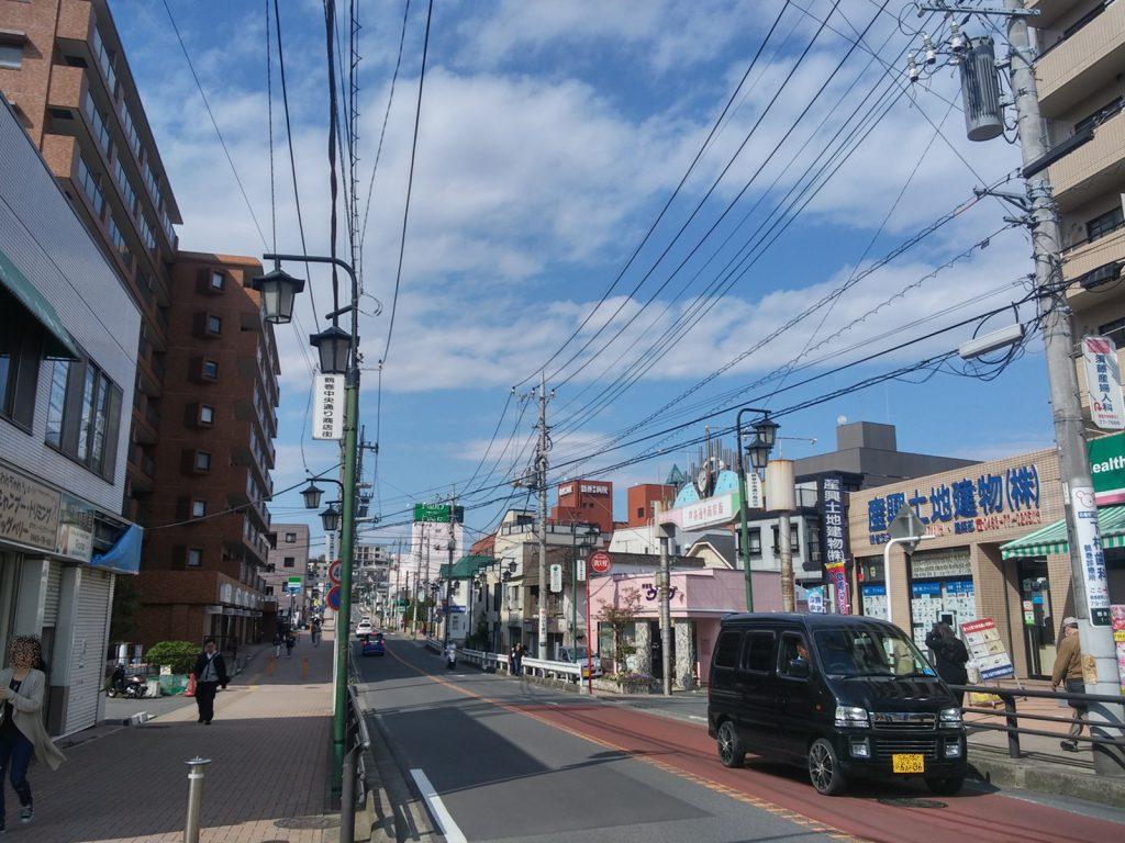 鶴巻温泉駅前の様子
