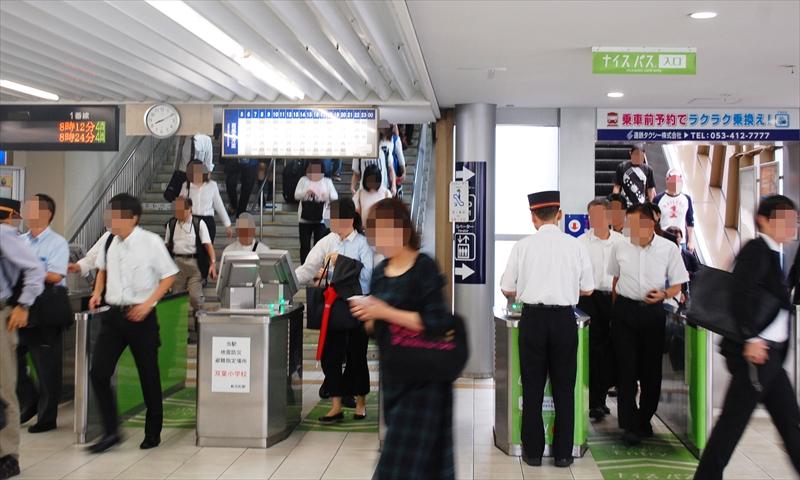 朝の新浜松駅にて。IC専用改札と有人改札で次々に利用者を捌いていく。(撮影:夕霧もや 2016年)