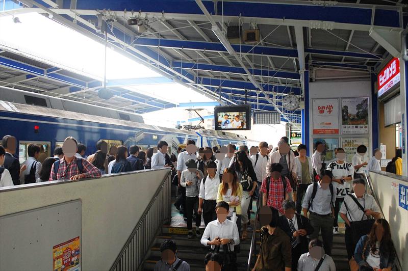 新浜松駅では4両ぶんの乗客が一斉に改札へ向かいます (撮影:夕霧もや 2016年)