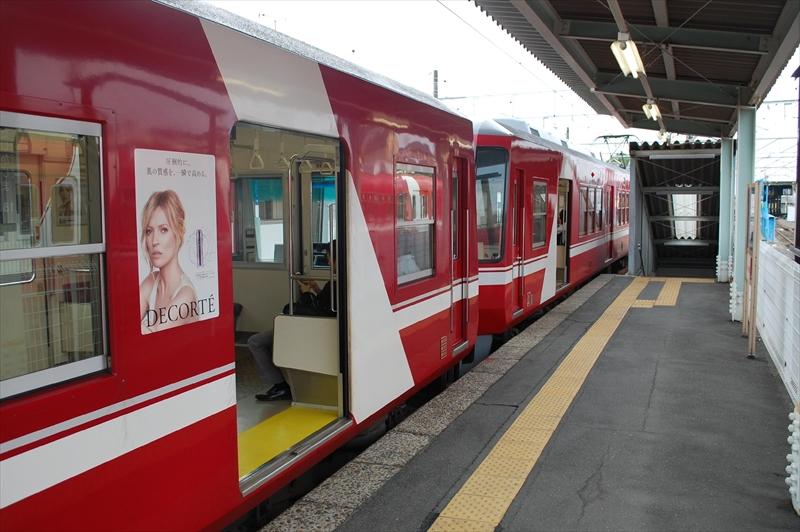 4両編成だと西鹿島駅ではホームの長さが足りないため、一部のドアだけで客扱いを行います (撮影:夕霧もや 2016年)