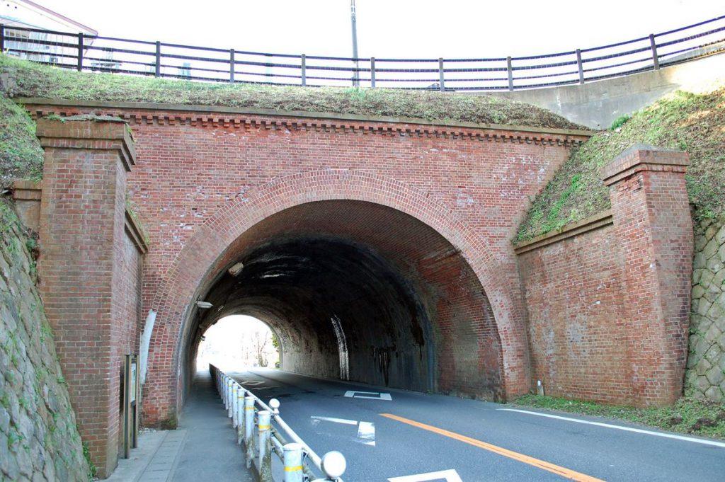 電車道の途中にあるトンネル