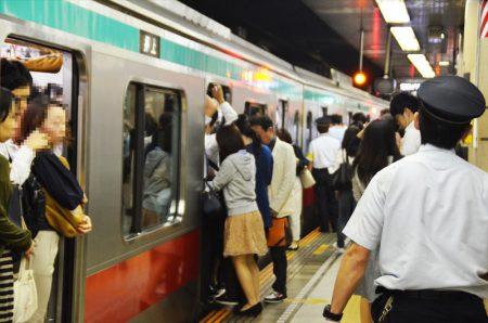 激しい混雑が現在も続く東急電鉄田園都市線。渋谷駅におけるピーク時の光景です、 撮影:夕霧もや 2016年
