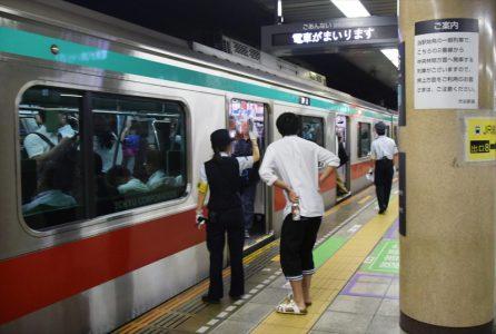 渋谷駅を発車する時点での「時差Bizライナー」 撮影:夕霧もや・2017年