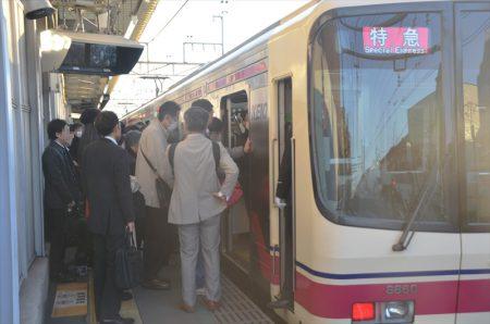 最も混雑する「早朝特急」の明大前駅における状況 撮影:夕霧もや・2016年