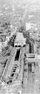 中央線における高架・複々線工事の様子。同様の輸送力増強工事が各線で進められた(撮影・公表:朝日新聞 1965年11月25日付)