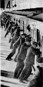 中央線新宿駅にて。当時の通勤は、今よりはるかに過酷でした。 (撮影・公表:朝日新聞 1967年1月9日付)
