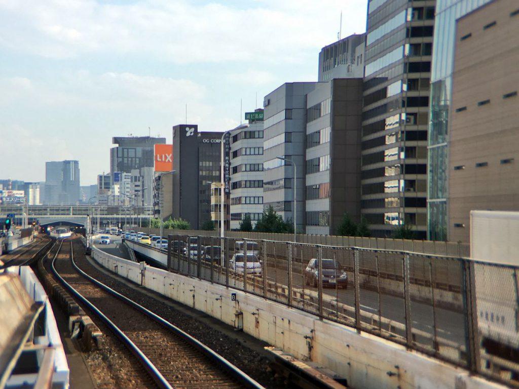 道路に挟まれて鉄道が走る大阪・新御堂筋