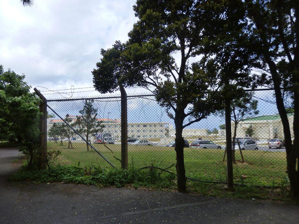 米軍基地の中と外を区切るフェンス