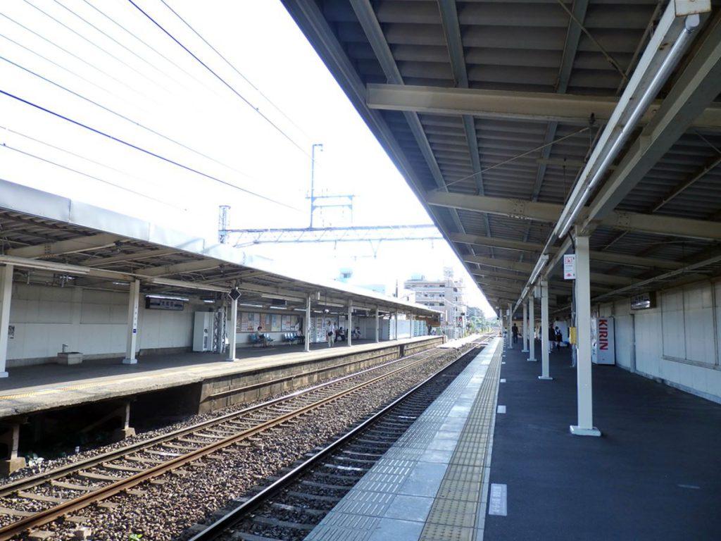 京成大和田駅の様子です。以前はここから東京方面へ行商に向かう人の姿が見られ、ホームには荷物置きの椅子があったといいます