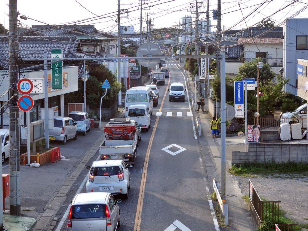 大和田宿のあたりを通る国道296号線の様子です。船橋から八千代や佐倉西部へ向かうメインの道路にも関わらず、現在も1車線道路で込み合います
