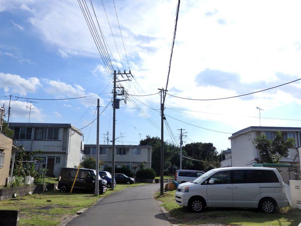 日本住宅公団の手で造成された八千代台団地です。テラスハウスタイプの住宅が並んでいます。ちなみに八千代台団地の大半を占めた千葉県住宅協会の分譲地には往時の建物はほとんど残っていません