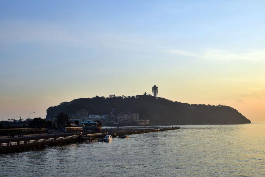 夕焼けに彩られた江ノ島