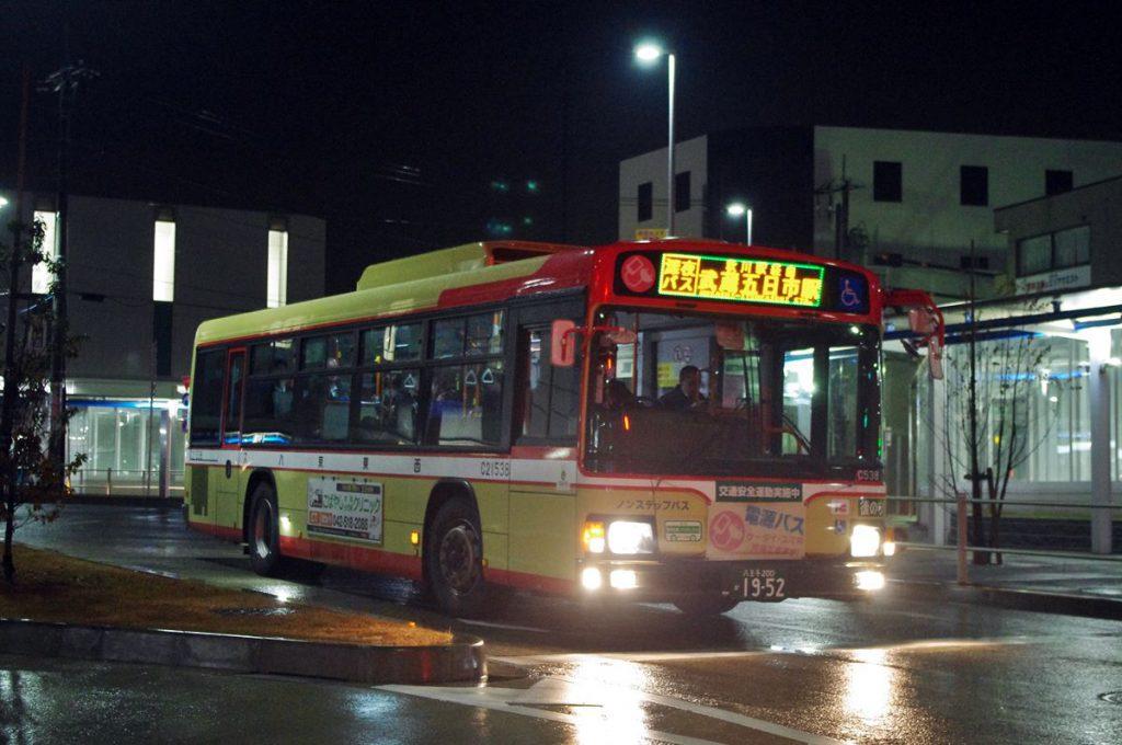 拝島駅を発車する深夜バス