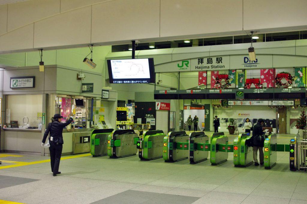 拝島駅では西武とJRの間で最終電車の接続を行っている