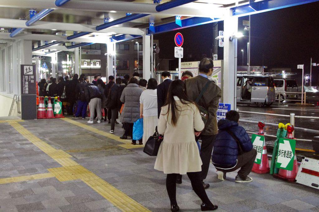 拝島駅西口ではタクシーを待つ人も多い