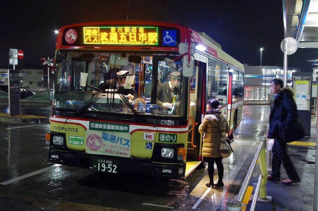 武蔵五日市行きのバスには自宅の方向へ走るのか確認する人が時折表れていた