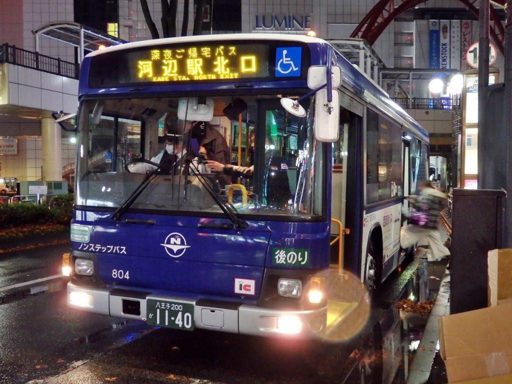立川駅北口に停車中の「楽帰ぃ」。「深夜ご帰宅バス」と銘打たれている