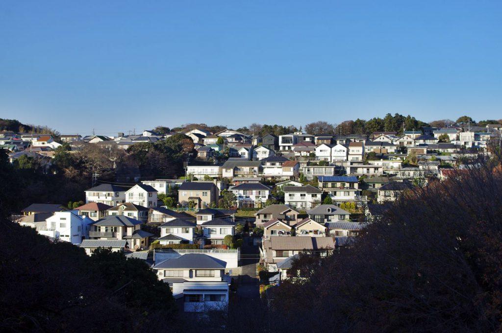野村総合研究所跡にかかる「野村橋」から望む「鎌倉梶原山住宅街」の様子