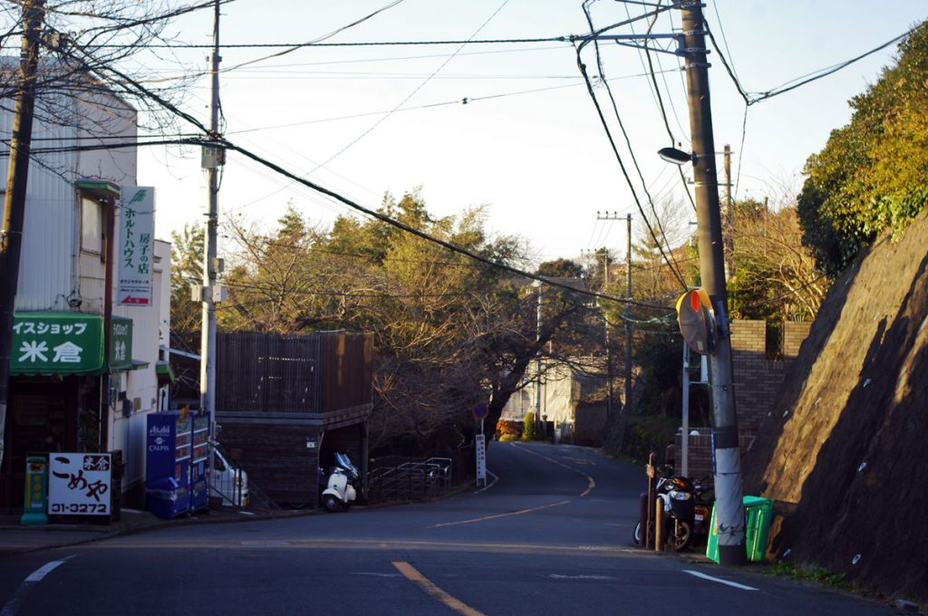 鎌倉山のメインストリートです。斜面地にあり、見晴らしのいいところもあります