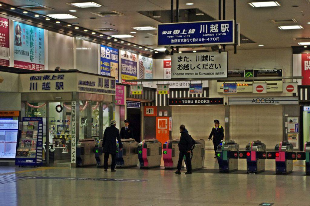 駅構内を確認して東武バスウエスト社員へ発車してもいい旨を伝達する。こういう連携きちんともしている