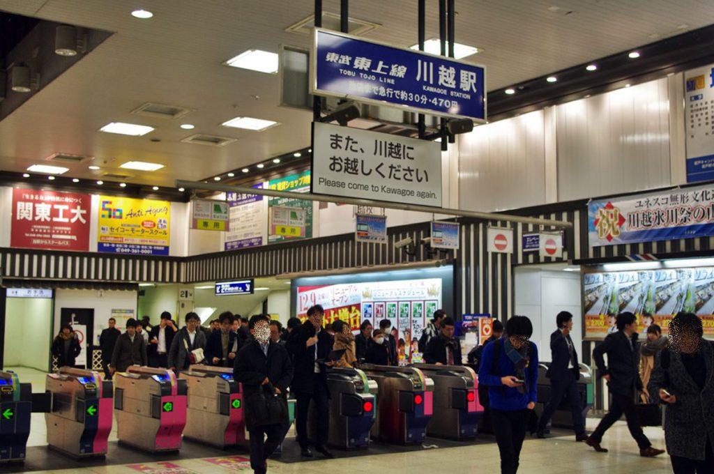 川越市行き最終列車から降りてくる人は思ったよりも少ない