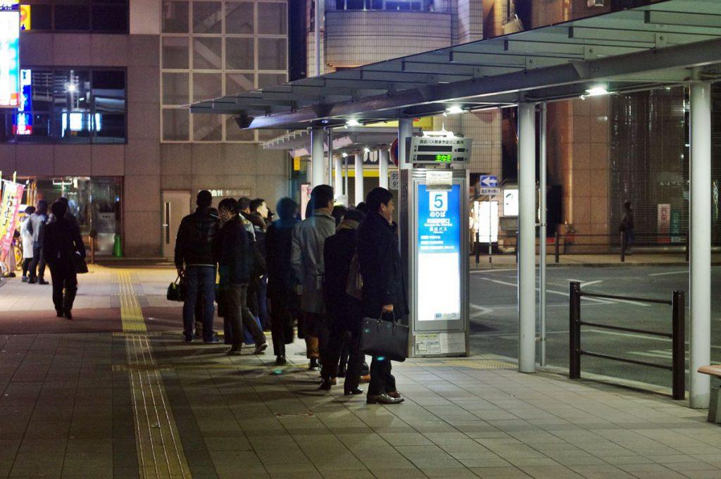 24時過ぎに川越駅西口でタクシーを待つ人は20人以上いた