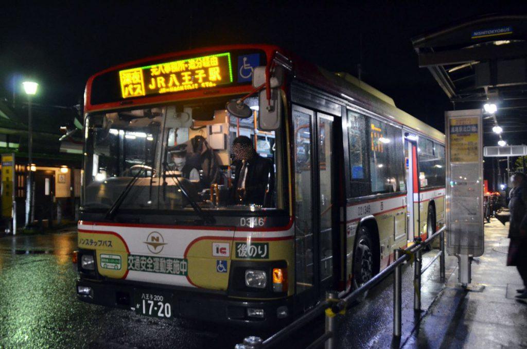 「寝過ごし救済バス」の表示幕は「JR八王子駅」とシンプルなものだ