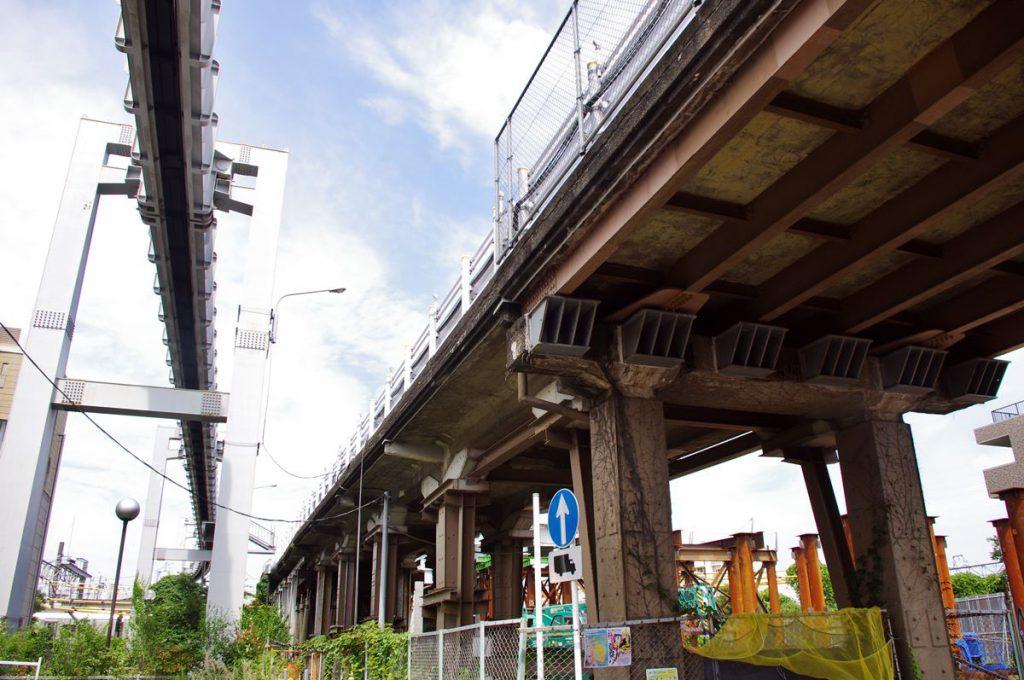 日本自動車道時代から残っていたであろう横須賀線の小袋谷こ線橋です。現在は新しい橋にかけ替えられました