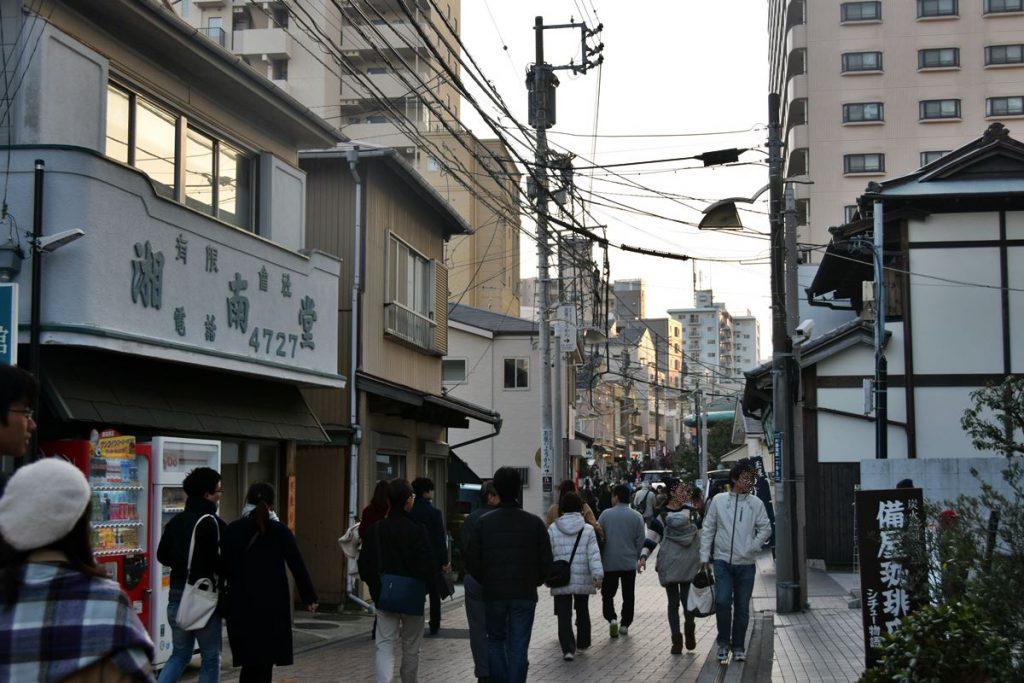 多くの観光客てにぎわう洲鼻通り。この通りの上空にモノレールを架ける計画もされたが、幅員不足で断念した