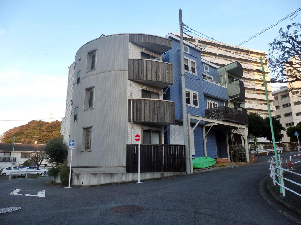 江ノ電江ノ島駅の上空を通る線路の先に設けられる予定だった湘南江の島駅予定地。この辺りは複雑な土地分割がされている