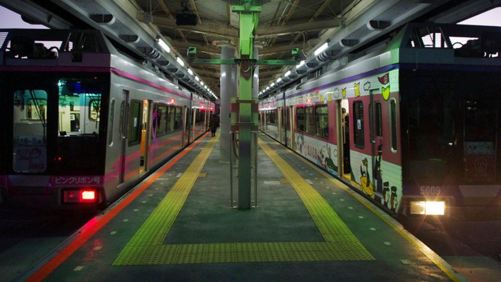 湘南深沢駅に停車する湘南モノレール