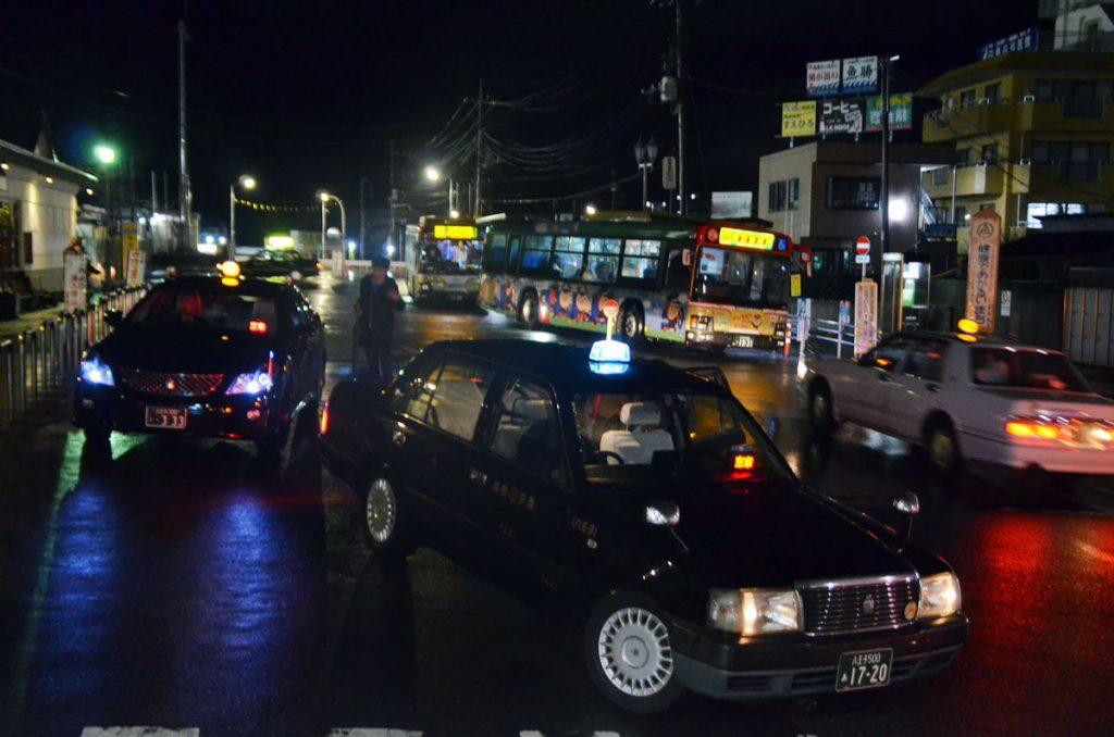 高尾駅はタクシーの需要も旺盛だ。寝過ごし救済バスの前に停まっているのは25:05高尾駅北口発恩方営業所行きの深夜バス