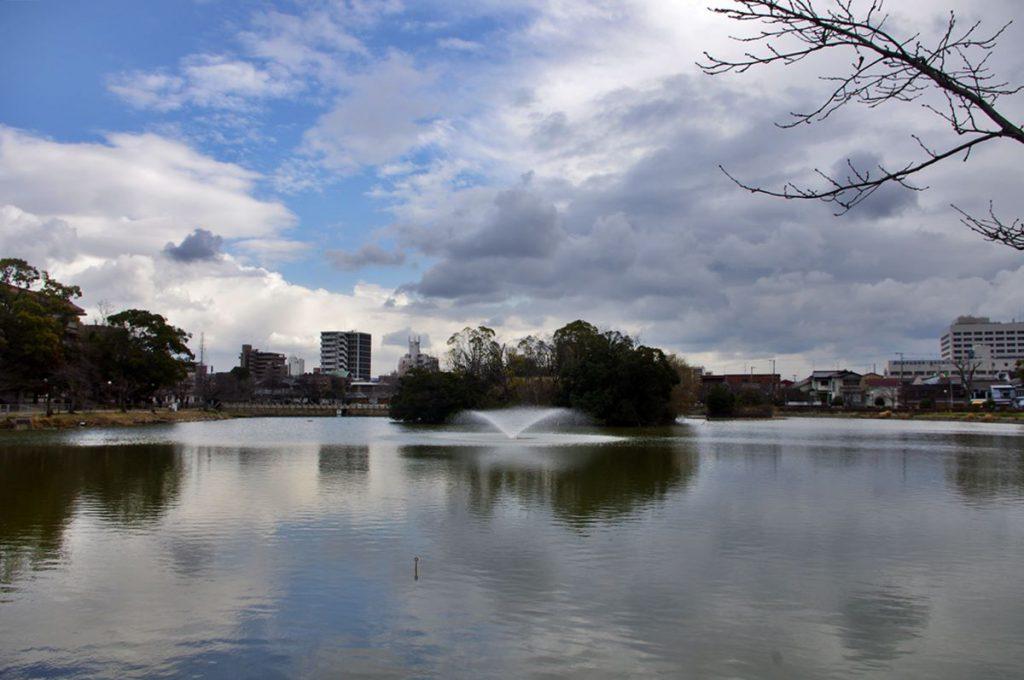 地域の人の憩いの場、万代池 (撮影:鳴海行人・2017年)