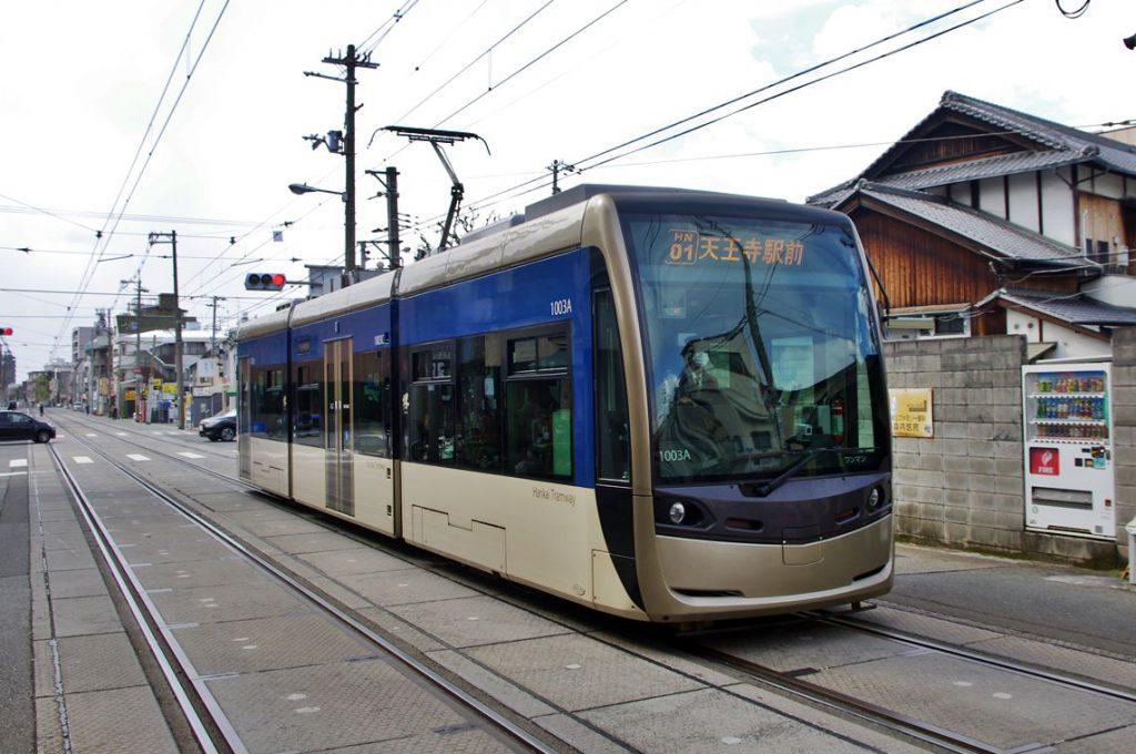 姫松電停に停車中の阪堺電車では最新型の超低床車(LRV)・「堺トラム」 (撮影:鳴海行人・2017年)