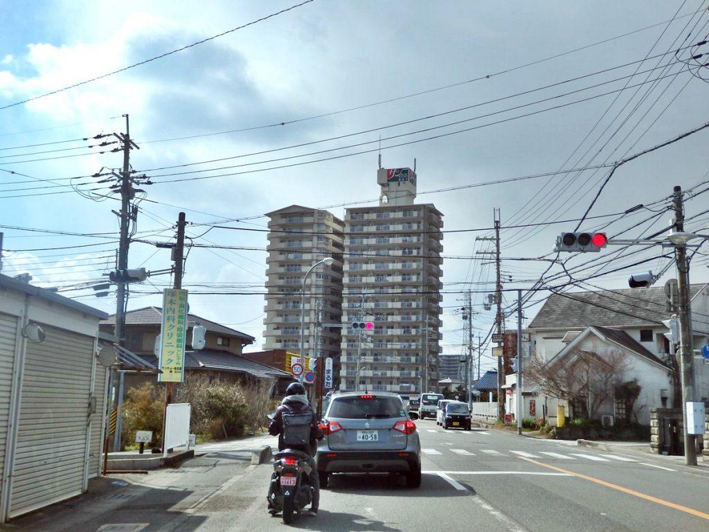 岩出市にはこうした大きなマンションが点在し、景観にインパクトを与えている (撮影:鳴海行人・2017年)