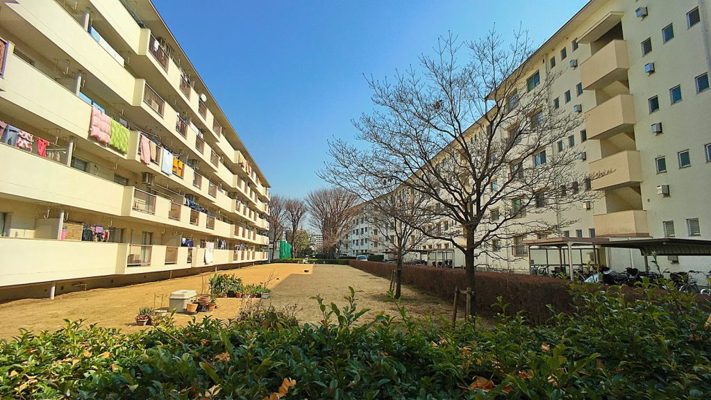高島平団地の分譲エリアには中層住棟と高層住棟が混ざり合う。写真のような中層住棟に「団地」のイメージを重ね合わせる人も少なくないだろう