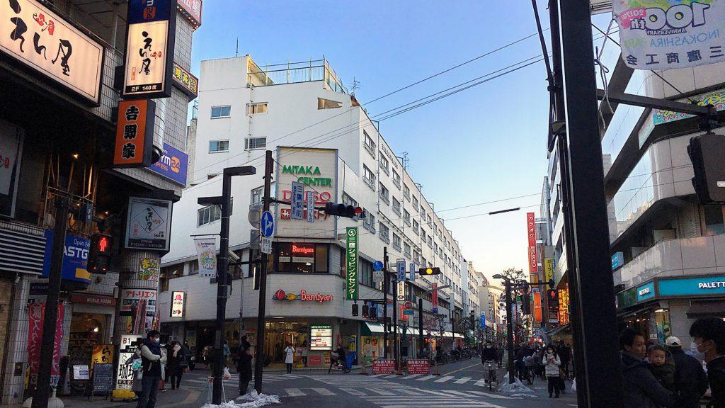 日本住宅公団がはじめの頃に手がけた三鷹駅前住宅。防火性が重視されている。この頃は高島平団地のように「面」の開発は行われていなかった