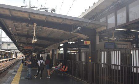 京阪線とJR奈良線がホームを並べる東福寺駅 、画面右側は乗り換え改札(撮影:夕霧もや・2017年)