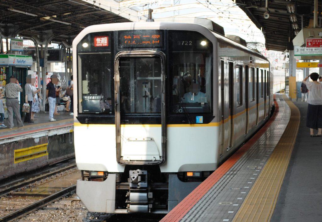 阪神線と近鉄線を直通する「快速急行」。行先表示でも「神戸」が自然とアピールされる。(撮影:夕霧もや・2015年)