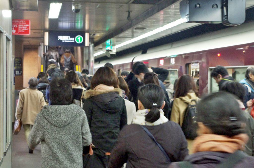 阪急京都線烏丸駅の朝ラッシュ時に見られる光景。階段によっては係員が降車誘導を行うほどの混雑となる (撮影:鳴海行人・2018年)