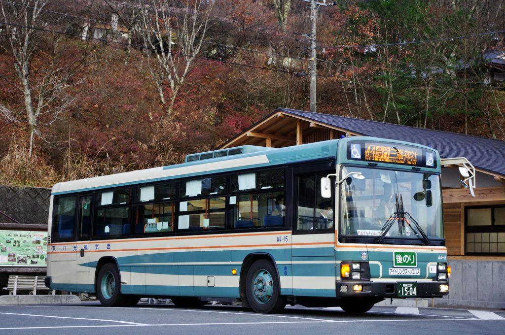 西武秩父駅と三峰神社を結ぶ西武観光バス。年々運行本数を増やしている。また、白い気守の頒布日には10台以上の体制で運行することも (撮影:鳴海行人・2017年)